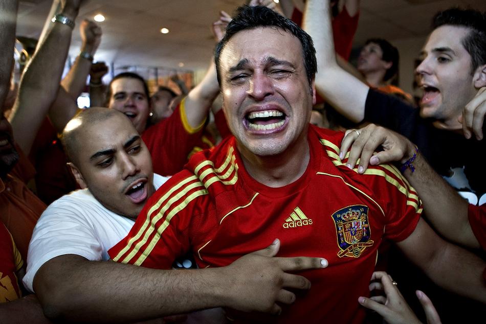 Arsenio Diaz en larmes après la victoire de l' Espagne sur l' Italie en demie-finale de la Coupe du Monde 2008. Les Espagnols attendaient depuis 44 ans que leur pays batte enfin l' Italie dans une finale de football.