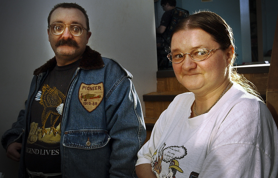 France Lacoursière accusée d'avoir tenté de tuer son père à coups de couteau. Chez elle en compagnie de son frère. Saint-Barnabé, Québec décembre 2003.